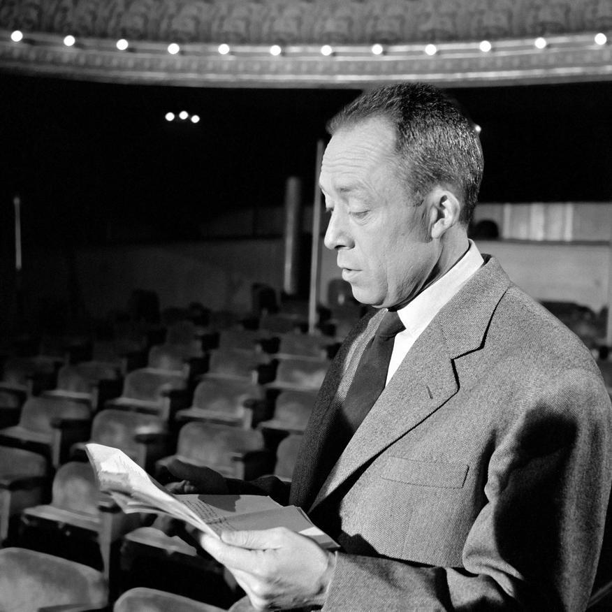 Camus au Théâtre Antoine durant les répétitions de sa pièce %22Les possédés%22 pour l'émission télévisée %22Gros plan%22